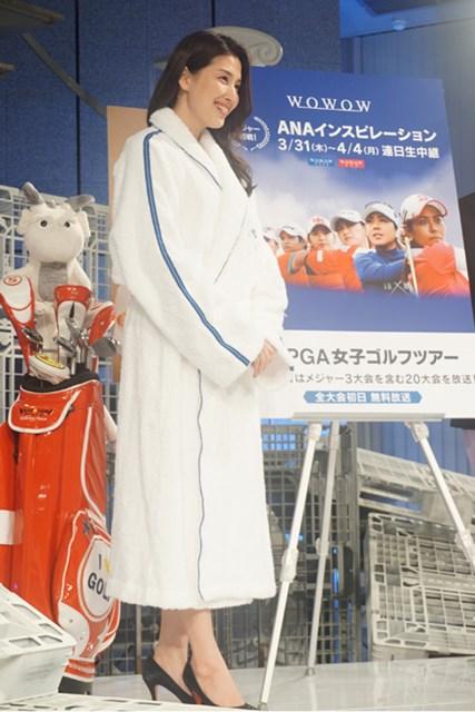 大会にちなみ、バスローブ姿で登壇した橋本マナミさん