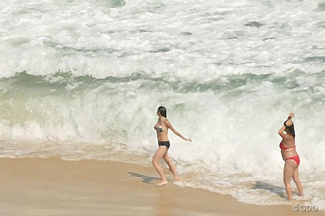 2016年 リオデジャネイロ五輪 事前 バッハ地区にある海岸 バッハ地区にある海岸で海水浴をする女性たち。波は結構高いです