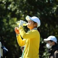 私、黄色が好きだからドリンクもウェアも黄色なの。 2016年 ヨコハマタイヤゴルフトーナメント PRGRレディスカップ 2日目 河野美桜