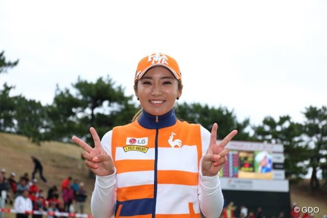 2016年 ヨコハマタイヤゴルフトーナメント PRGRレディスカップ 最終日 イ・ボミ 優勝インタビューの後のお約束。