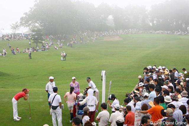 2009年 スタンレーレディス 最終日 9時にスタートしたが、再び中断となりスタートホールで待機する金田久美子ら