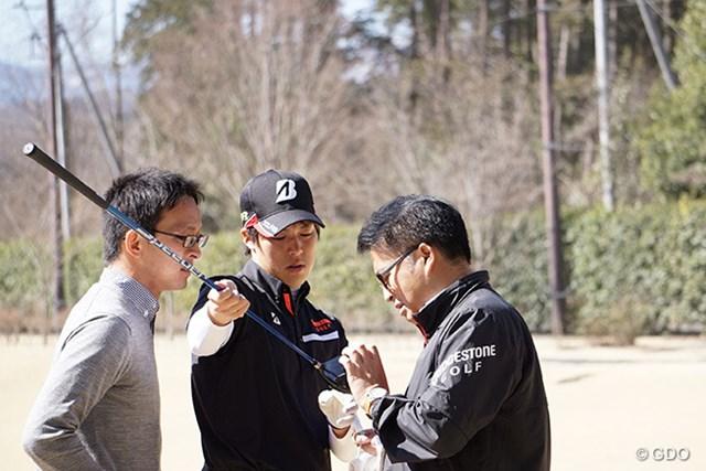 長谷川祥平とメーカー担当者の真剣なやり取りが続いた