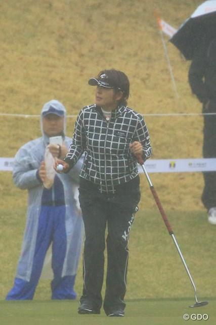 2016年 Tポイントレディス ゴルフトーナメント 初日 福嶋浩子 グリーン上の福嶋浩子の手には見慣れた長さのパターが握られていた