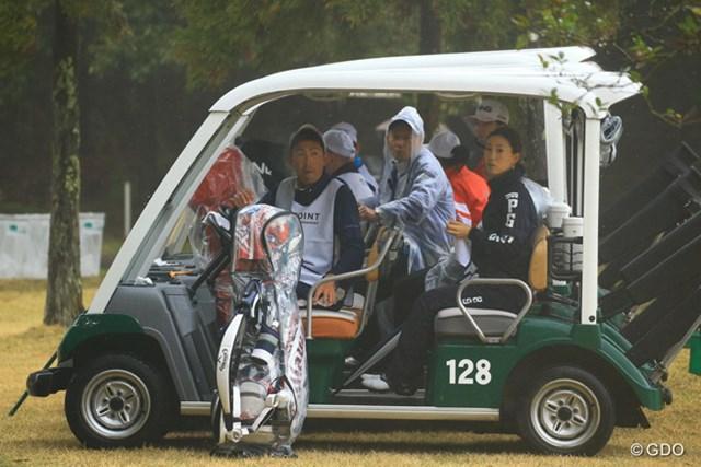 2016年 Tポイントレディス ゴルフトーナメント 初日 現場待機 時おり強く降る雨。コースコンディション不良で1度目のサスペンデッド。現場待機を強いられる選手達。
