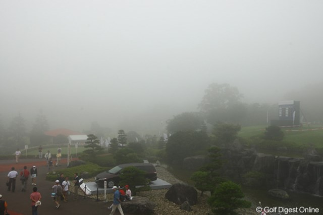 クラブハウスよりコースを望む。って、霧で何も見えません。東名CC名物の濃霧が、最終日に本領発揮。