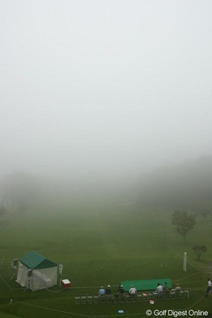 10番ホールスタートの9ホールだけに競技が短縮。スタートホールとなった10番パー3ホールも、霧でご覧の通り。約190ヤード先のグリーンさえも、ティグラウンドからは全く見えません。
