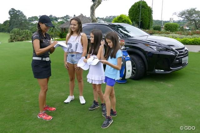 ラブレイディにサインをもらう子供たち。こんなこともゴルフとブラジルの貴重な接点だ。