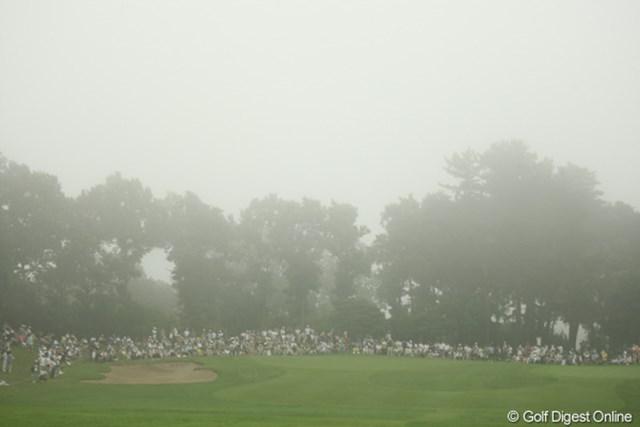 不穏な空気が・・・。競技再開から約40分、またまた濃霧が東名CCを包み込み、一時スタートを見合わせる。