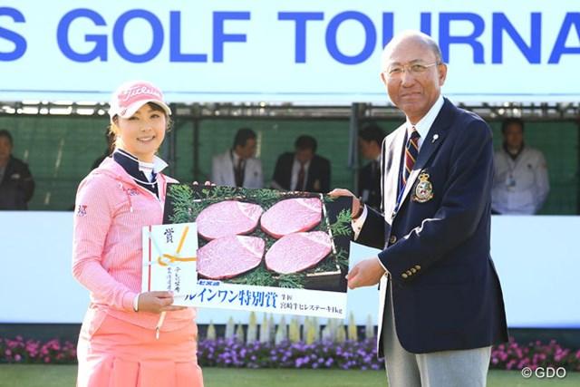 2016年 アクサレディスゴルフトーナメント in MIYAZAKI 2日目 菊池絵理香 きのうのホールインワンの表彰がスタート前に行われました