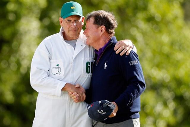 T.ワトソンはキャディのオックスマンと互いを労い合った(Kevin C. Cox/Getty Images)