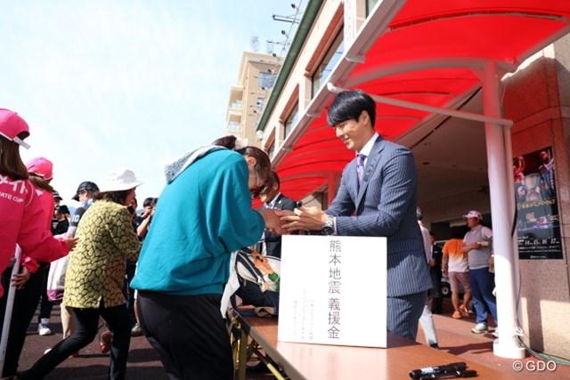 大会3日目、国内男子ツアーはチャリティサイン会を実施。テレビ解説を務めたあとに参加した石川遼もファンの長蛇の列を作りだした
