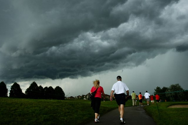 コース上空を雷雲が覆い、最終組はスタートすら出来なかった(Chris McGrath/Getty Images)