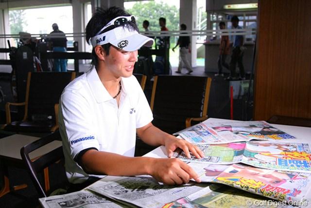 宮里藍一色となった今朝のスポーツ紙。眺める石川遼も「すごいなあ」と感心