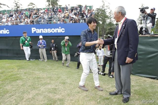 2016年 パナソニックオープンゴルフチャンピオンシップ 3日目 石川遼 青木功 青木功会長が、ラウンドレポーターを終えた遼くんに労いの言葉を掛けていました。