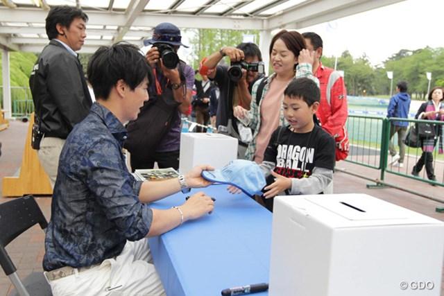 2016年 パナソニックオープンゴルフチャンピオンシップ 3日目 石川遼 遼くんもチャリティサイン会に積極的に参加です。