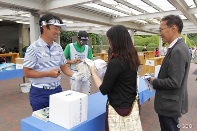 2016年 パナソニックオープンゴルフチャンピオンシップ 3日目 市原弘大 ホールアウト後は、今週も引き続きチャリティサイン会やってます。