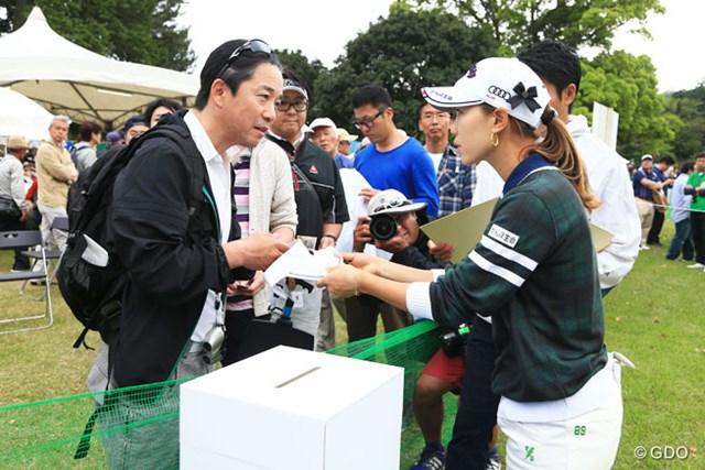 試合後は連日、熊本のためのチャリティサイン会です