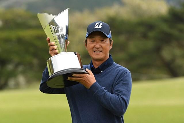 ツアー通算2勝目を飾った秋葉真一 ※画像提供:日本プロゴルフ協会