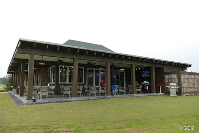 2016年 事前 The Place ダイニングなどがある建物。このテラスの目の前にプレイグランドが広がっている