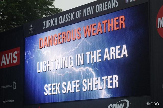 雷雨に見舞われた大会3日目。コース内の電光掲示板は悪天候で危険を知らせるメッセージ