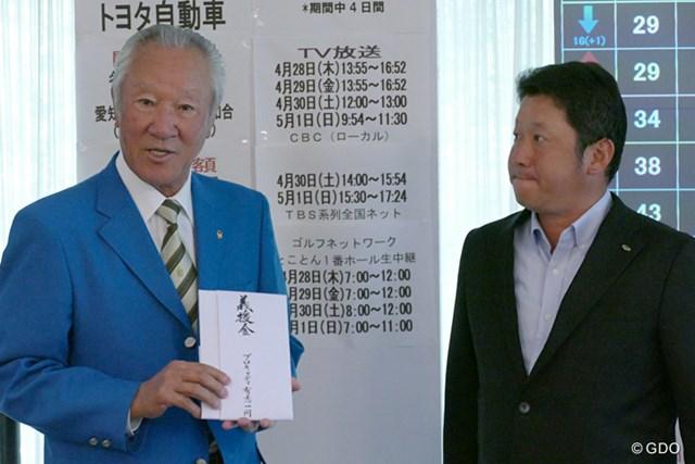 キャディ有志を代表し、JGTOの青木功会長へ義援金を手渡した小岸秀行氏(右)