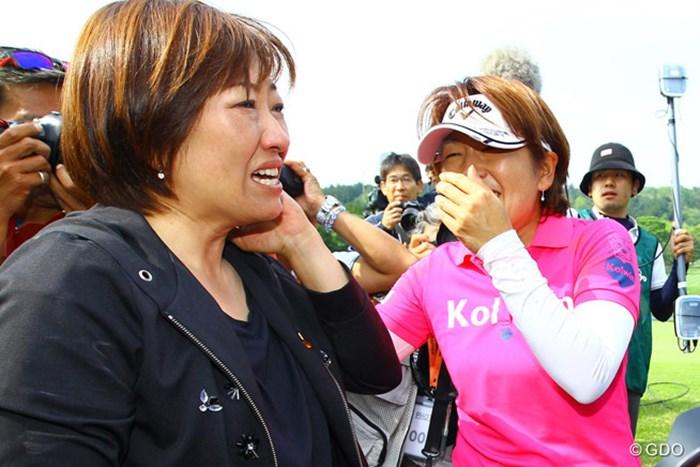 福嶋浩子(右)の優勝が決まった瞬間、誰よりも早く涙を流した姉の晃子 2016年 サイバーエージェント レディスゴルフトーナメント 最終日 福嶋晃子 福嶋浩子