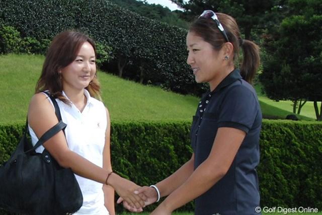 櫻井有希(左)が仲良しの藤本麻子を握手で祝福