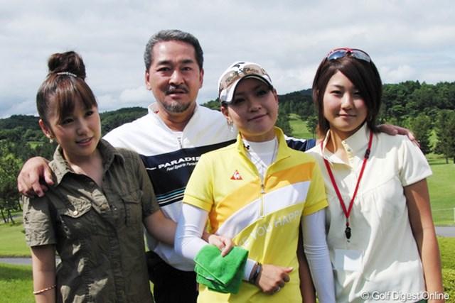 合格した竹村真琴(右から2人目)を笑顔で囲む父と姉の愛美(左)と千里(右)