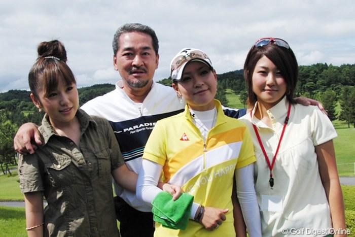 合格した竹村真琴(右から2人目)を笑顔で囲む父と姉の愛美(左)と千里(右) 2009年 LPGAプロテスト 竹村真琴、父、姉2人