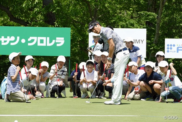石川のデモンストレーションに目をまん丸くする児童たち