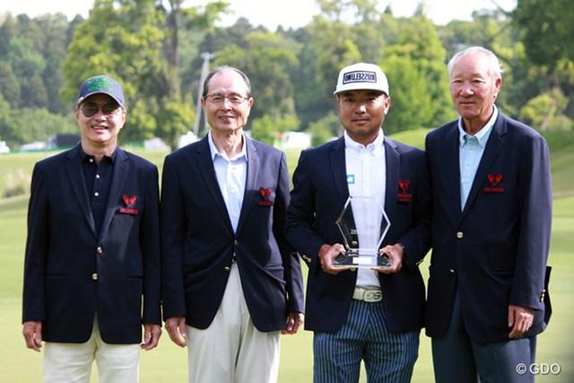 後続に6打差のぶっちぎりで優勝を飾った片山晋呉と大会実行委員の3人