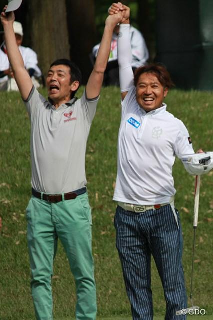 「バンザーイ!」互いの優勝を喜び合う片山晋呉と宮根誠司さん