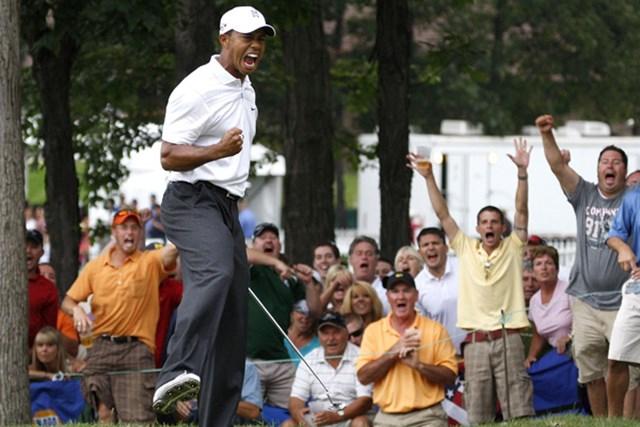 2009年 ビュイックオープン 3日目 タイガー・ウッズ 17番で単独首位に立つバーディを奪い雄たけびを上げるタイガー・ウッズ(Gregory Shamus/Getty Images)
