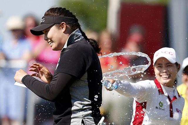 2016年 ヨコハマタイヤLPGAクラシック 最終日 アリヤ・ジュタヌガン 初優勝のジュタヌガン。水をかけられ祝福される(Matt Sullivan/Getty Images)