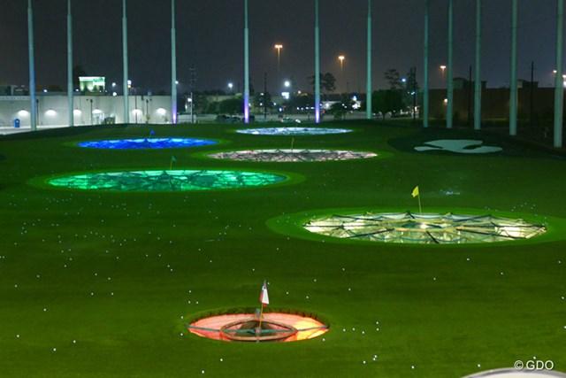 2016年 ザ・プレーヤーズ選手権 事前 トップゴルフ ターゲットとなるグリーンは電飾で輝いており、球が入ると得点になるようなゲームが、打席横にある端末で楽しめる。