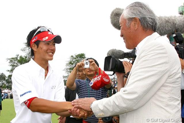 2009年 サン・クロレラクラシック最終日 石川遼 グリーンサイドで、石川遼と青木功がガッチリと握手