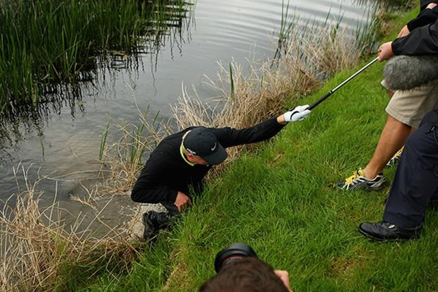 2008年 アイルランドオープン 最終日 リチャード・フィンチ 最終ホールでショット後に池に落ちたが、みごと優勝を飾ったリチャード・フィンチ(2008年、Andrew Redington/Getty Images)
