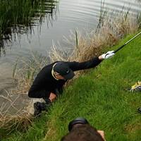 最終ホールでショット後に池に落ちたが、みごと優勝を飾ったリチャード・フィンチ(2008年、Andrew Redington/Getty Images) 2008年 アイルランドオープン 最終日 リチャード・フィンチ