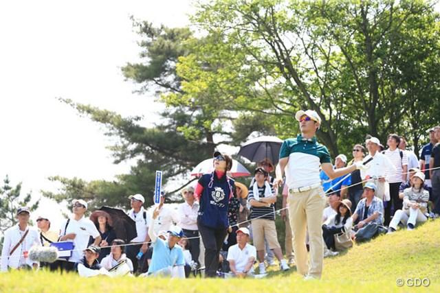 2016年 関西オープンゴルフ選手権競技 3日目 近藤共弘 最終18番(パー3)の1打目を右に曲げ、不安そうにボールを見送る近藤共弘