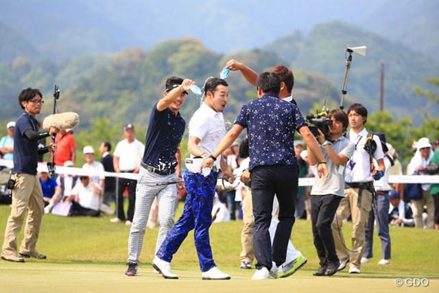 韓国選手から祝福の水をかけられびしょびしょ