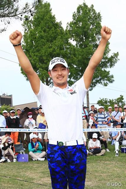 国内男子ツアーデビュー戦で初優勝を決めたチョ・ビョンミン