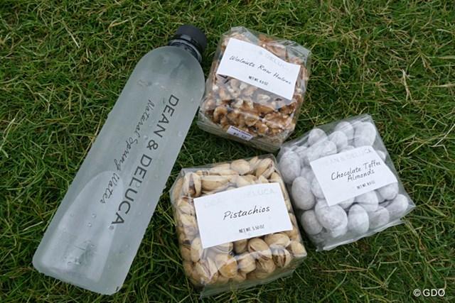 2016年 ディーン&デルーカ招待 事前 選手用 選手用に提供されているナッツ類。ただの水ですら美味しそうに見えてしまう