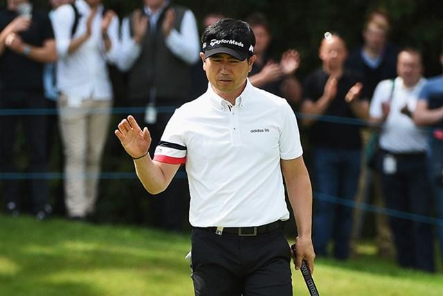 2016年 BMW PGA選手権 初日 Y.E.ヤン ギャラリーの歓声に手を挙げるY.E.ヤン(Ross Kinnaird/Getty Images)