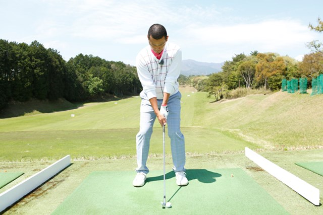 アイアンのフルショットではクラブを一番長く持って、スタンス幅は大きく2足分空けます