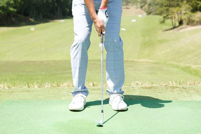 """クラブヘッドと両足のスタンスが作る""""三角形""""を狭めることで、スイングに制限をかけるイメージを持とう"""