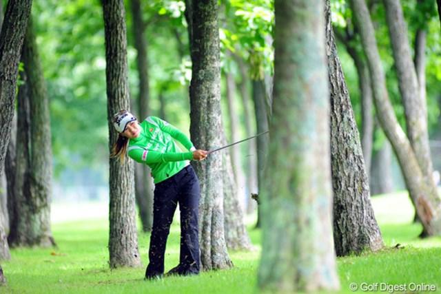 2009年 アクサレディスゴルフトーナメント初日 横峯さくら 5番では林からのナイスリカバリーでパーセーブ。17位タイ発進の横峯さくら