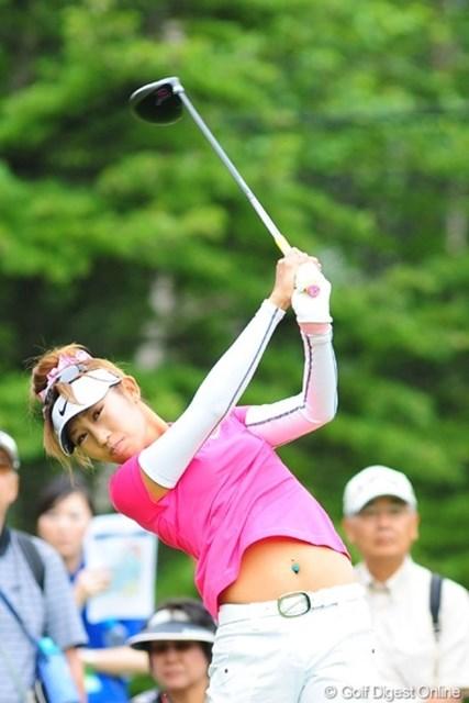 2009年 アクサレディスゴルフトーナメント初日 金田久美子 オフは海でお腹まで焼いてきました。日焼けにヘソピーがキラキラしてGooです。