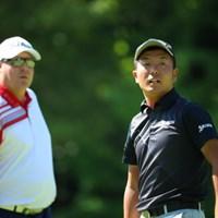 かなりの遠近法を使って同じ大きさの二人。 2016年 日本ゴルフツアー選手権 森ビルカップ Shishido Hills 初日 稲森佑貴&カート・バーンズ