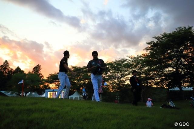 2016年 日本ゴルフツアー選手権 森ビルカップ Shishido Hills 初日 小袋秀人 もう日没間近のホールアウト。