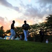 もう日没間近のホールアウト。 2016年 日本ゴルフツアー選手権 森ビルカップ Shishido Hills 初日 小袋秀人
